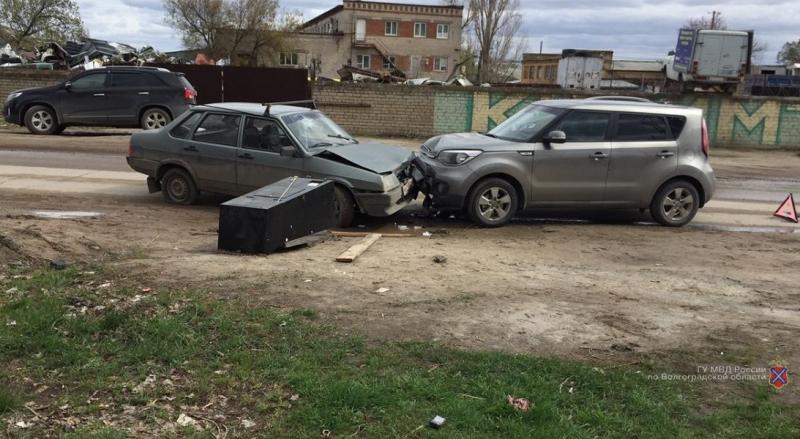 Волгоградец госпитализирован в результате столкновения ВАЗ-21099 и KIA Soul