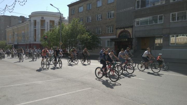 Две тысячи велосипедистов проехались парадом по центру Красноярска