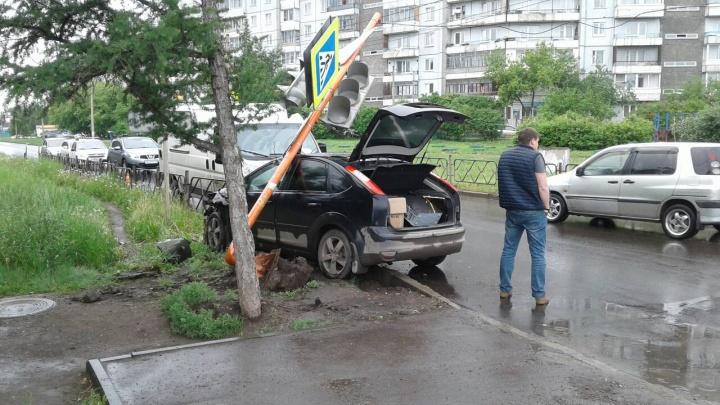 «Форд» снес светофор на перекрестке спального микрорайона