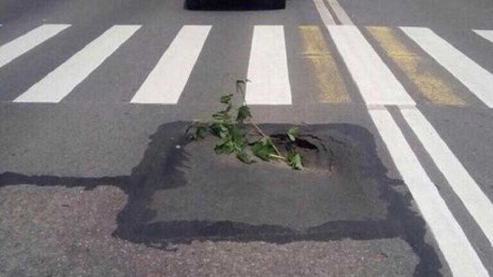 В Уфе автолюбители заметили очередной провал асфальта