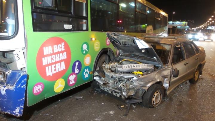 На пересечении Токарей и Кирова автобус столкнулся с двумя легковушками