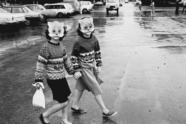 В 2014 году эта фотография вошла в 100 лучших, по мнениюКоролевского фотографического общества Великобритании. Эти девочки давно выросли, но шагают с фотографом по жизни