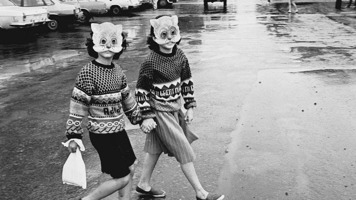 Падали в грязь, «рыбачили» в болоте: смотрим 10 ностальгических детских фото из Тюмени 90-х