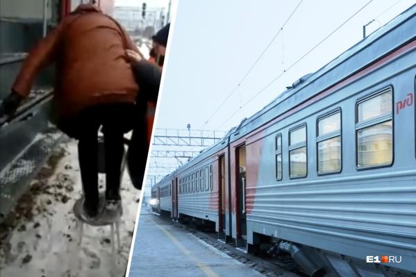 Проводники поставили стул и помогали пассажирам забраться в вагон