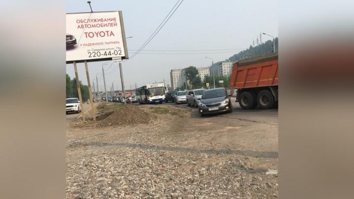 Свердловская встала в пробку у 4-го моста из-за нелепой аварии с КамАЗом