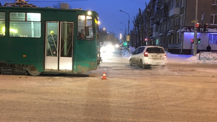 «Тойота» и трамвай не поделили перекрёсток на левом берегу: за 7-летней девочкой приехали врачи