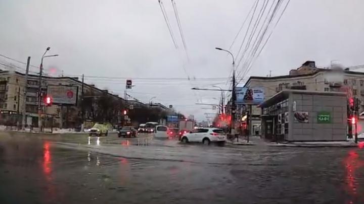 Волгоградские дороги после оттепели уходят под воду. Видео