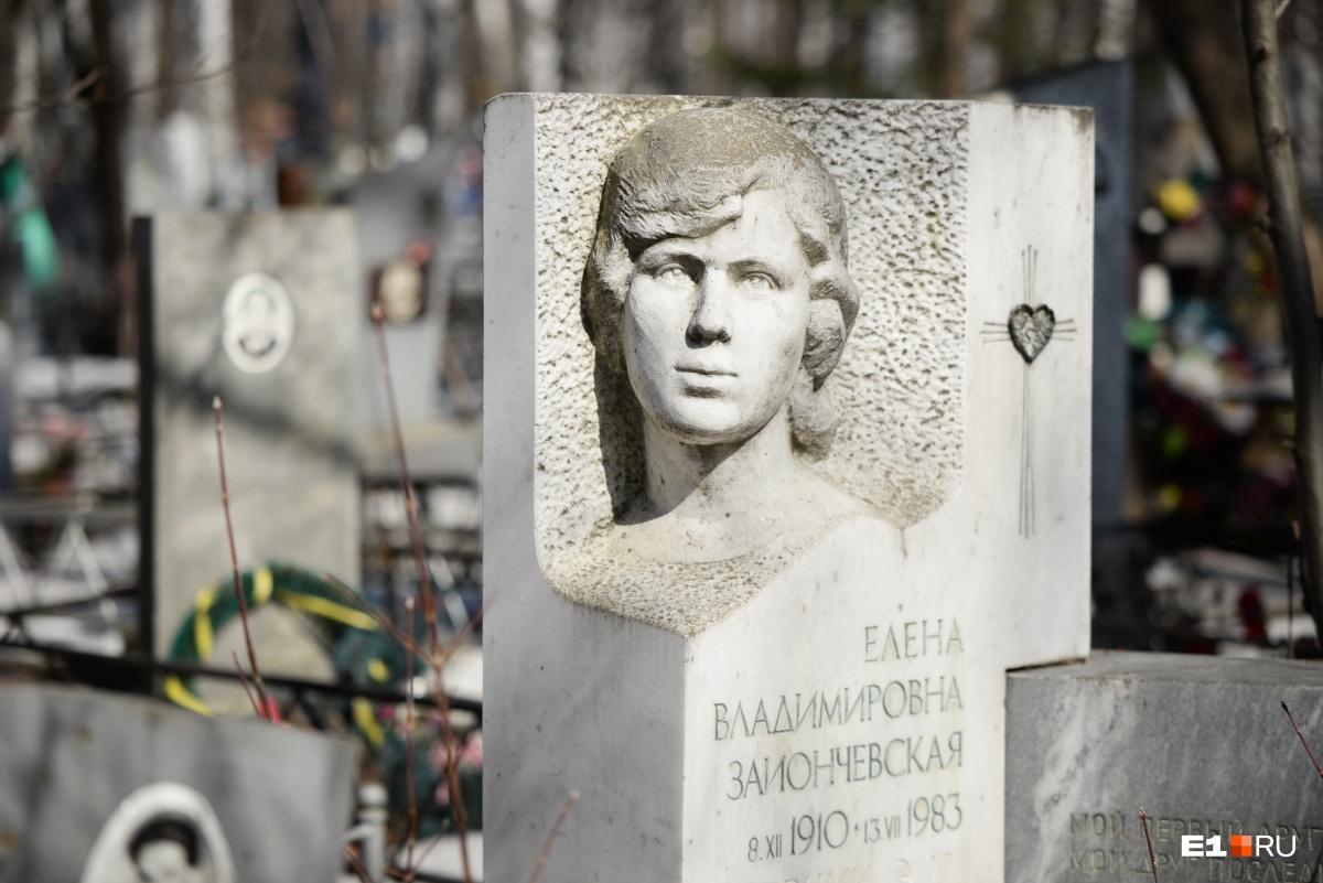 На надгробии — стихи Есенина. Сам памятник из чистого мрамора и стоит больших денег
