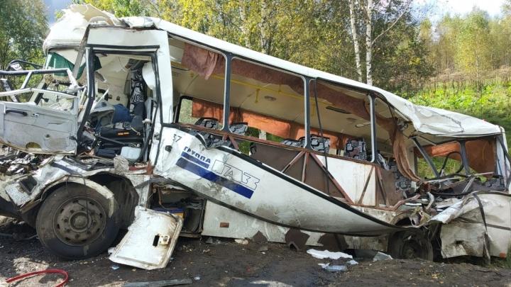 В ДТП с автобусом в Ярославской области погибли 8 человек. Что известно к этому часу. Коротко