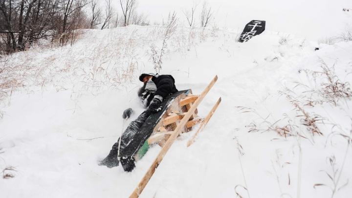 «SNOWGROB»: омский художник предложил сделать катание в гробу омским народным видом спорта