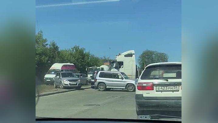 Грузовик въехал в микроавтобус недалеко от школы: водители встали в огромную пробку