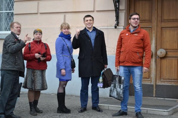 Андрей Боровиков (в черном пальто) — постоянный оратор на протестных акциях