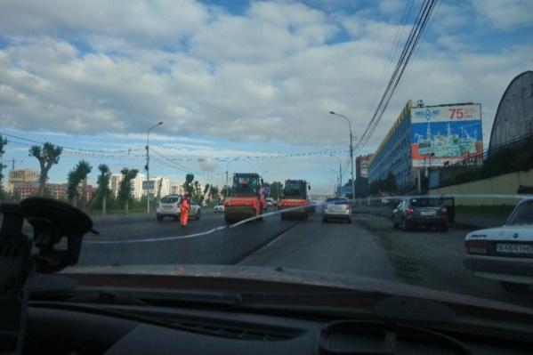 Асфальт сегодня укладывают в районе остановки «Храм Михаила Архангела»