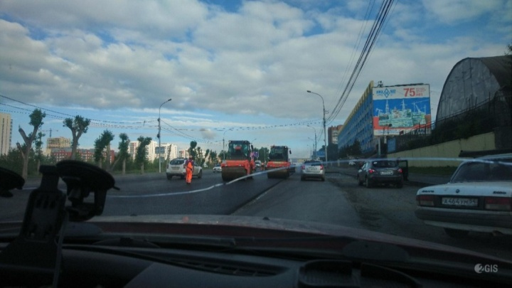 Никого не предупредили: дорожники перекрыли с утра две полосы на Большевистской