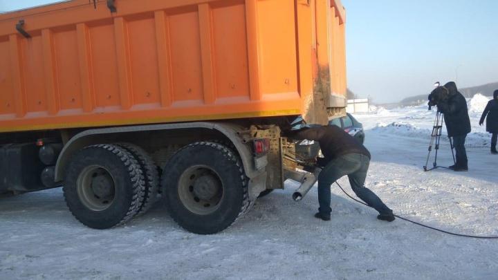 Даже солярка замерзает: дальнобойщик застрял на трассе в 30-градусный мороз