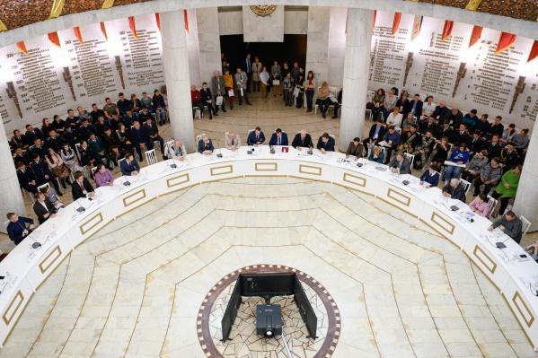 За круглым столом для обсуждения военной истории страны собрались российские и зарубежные ученые