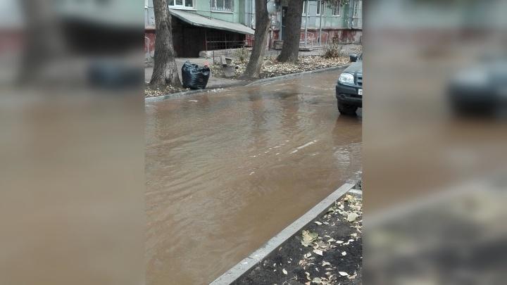 В Самаре из-за коммунальной аварии затопило дорогу на Металлурге