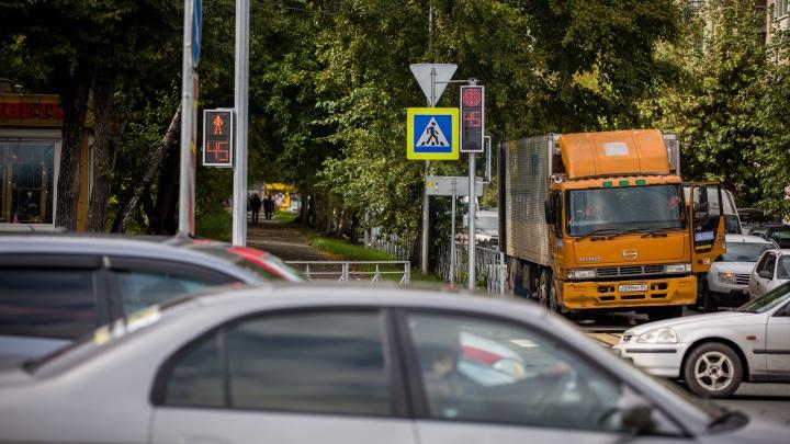 15 секунд на выезд: новый светофор заблокировал движение на пути к Гусинобродскому шоссе