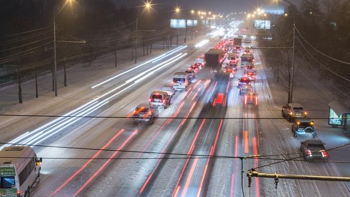 Мощный снегопад устроил 10-балльные пробки на вечерних дорогах