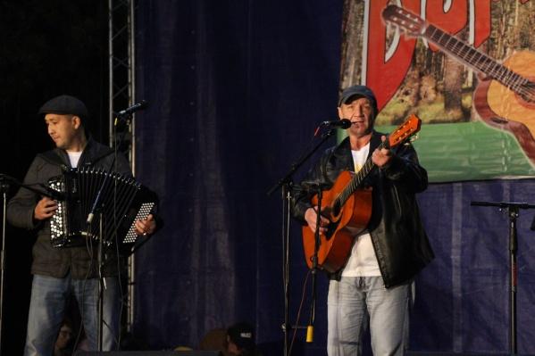 Участвовать в фестивале могут как профессиональные исполнители, так и любители авторской песни