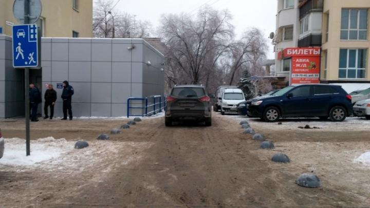 «Ходим почти по машинам»: волгоградские инвалиды споткнулись о стихийную парковку на улице Невской