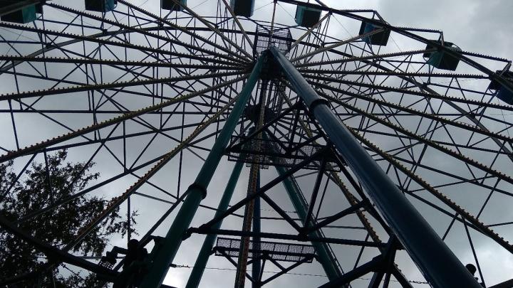 Владелец колеса обозрения и посетительницы парка прокомментировали его остановку во время грозы
