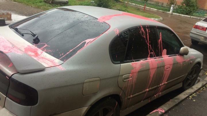 Розовой краской облили припаркованное во дворе авто жениха