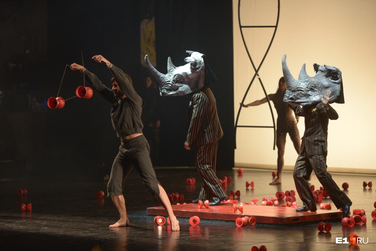 Вместе с ними выступали «носороги» в костюмах