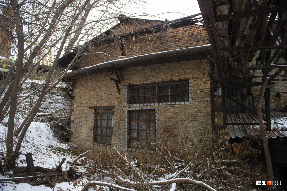 Автору этого материала здание немного напоминает  Косой дом до реставрации , а вам?