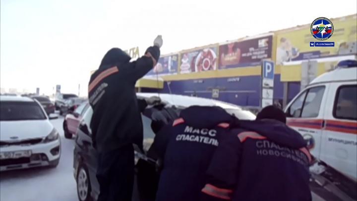 Видео: спасатели вскрыли дверь машины с заблокированным ребёнком на парковке «Ленты»