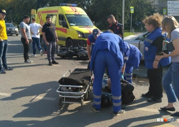 Мотоциклиста увезли в больницу с травмами