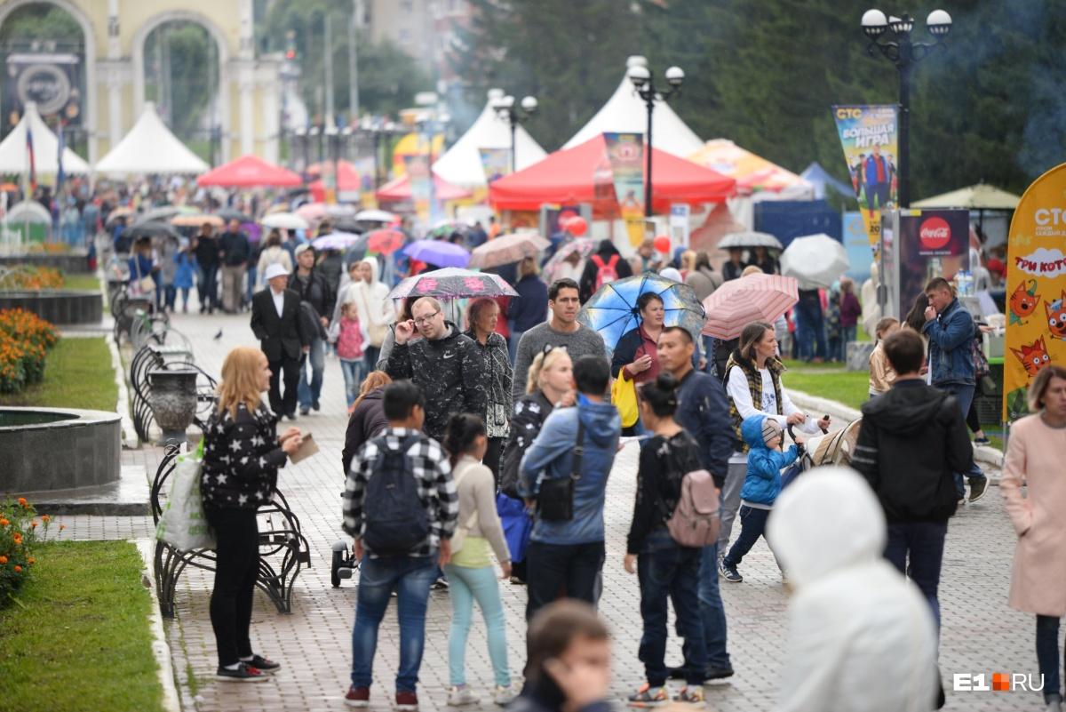Не помешал празднику и дождь. Екатеринбуржцы были готовы и взяли с собой зонты