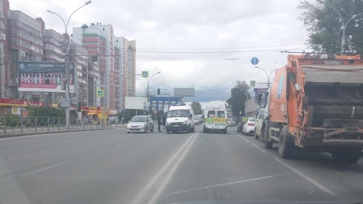 Женщина попала под автомобиль на Кирова: её забрала скорая
