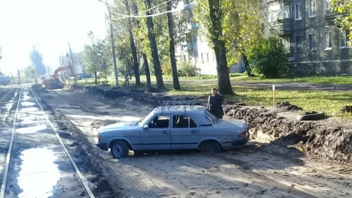 «Из принципа не вытаскивают»: в Ярославле «Волга» застряла в грязи на ремонтируемой дороге