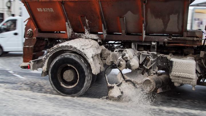 Куда жаловаться на сугробы: из Архангельска вывозят тысячи кубов снега и разрушают лед реагентами