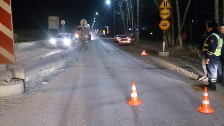 Тюменский таксист, устроивший ДТП, скрылся и затер следы аварии на авто отверткой. Но это не помогло