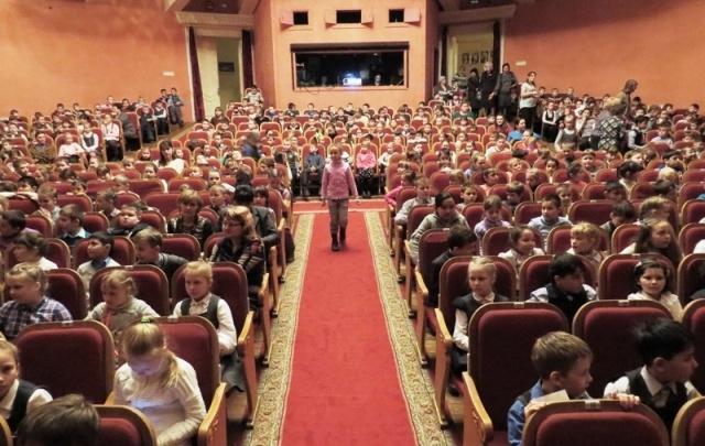 Зауральских школьников пригласили в драмтеатр на спектакли и экскурсию