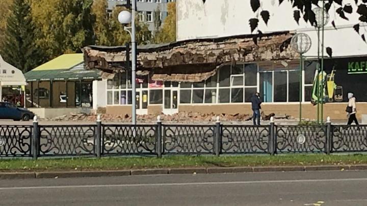 В Башкирии со здания кинотеатра обрушились кирпичи