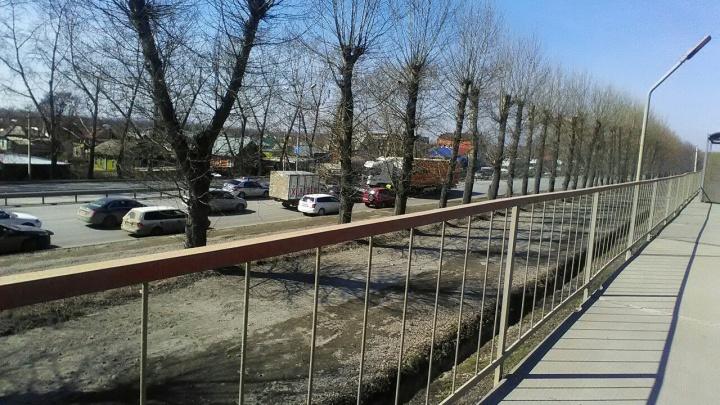 Водитель мусоровоза вылетел из кабины и погиб под колёсами КАМАЗа на Бердском шоссе (обновлено)