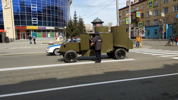 Бронетранспортёр без тормозов оказался в центре Красноярска на 1 Мая