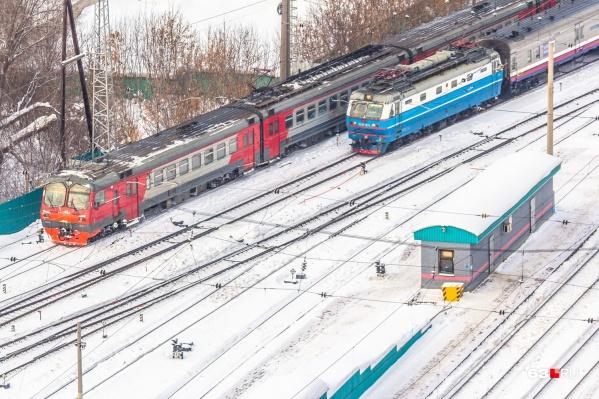 Шум приближающегося поезда мужчина не заметил из-того, что был увлечен телефоном
