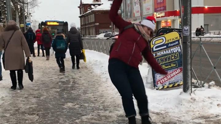 Трюки на перекрестке: смотрим на видео, как пешеходы справляются с гололёдом в центре Архангельска