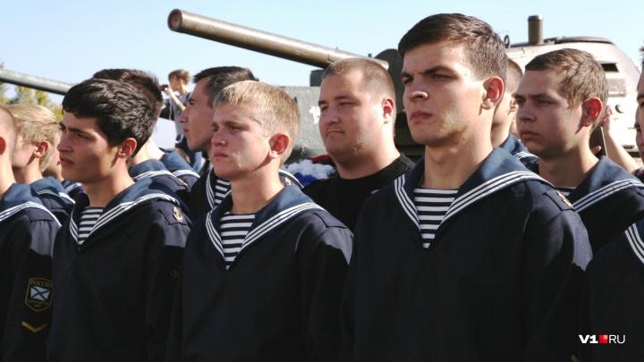 Армия сделает из вас настоящих людей: молодым волгоградцам вручили сухпайки и отправили в Сибирь