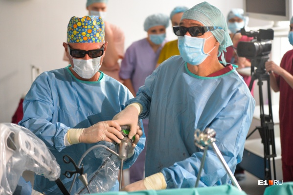 Врачи вживляют электростимуляторы в мозг детей, удаляют желудок через прокол и спасают младенцев с редкими пороками сердца