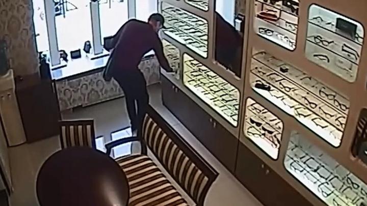 В Екатеринбурге из салона оптики украли оправу для очков за 10 тысяч рублей