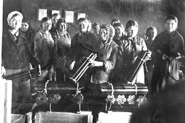 На снимке — первая молодежная бригада завода