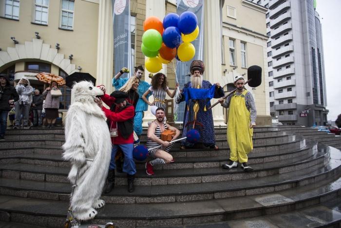 Перфоманс начался в 18:30 на крыльце театра«Красный факел» в центре Новосибирска