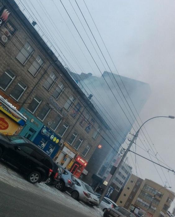 На проспекте Маркса видно столб дыма и чувствуется запах гари