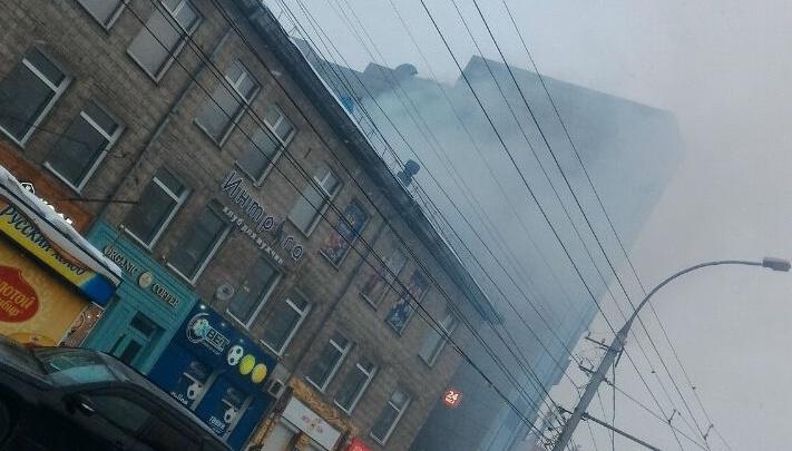 Проспект Маркса окутало дымом из здания возле «Авроры»