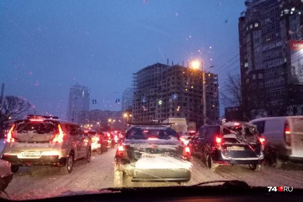 На нечищенных за день дорогах начинают скапливаться пробки